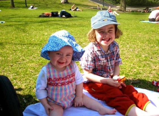 Mina döttrar Stella och Kitty på picknick.