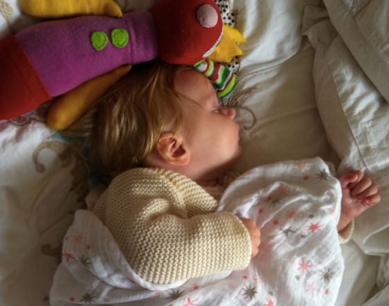 Lilla kusinen Marianne sover gott med favoritfilen och kompisen från Luna.